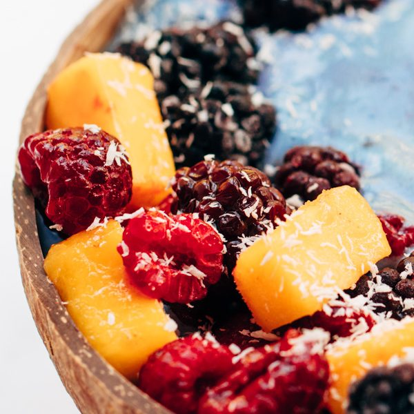 blue spirulina vegan smoothie bowl recipe (2 of 4)